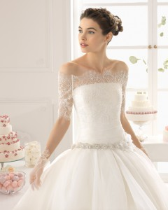 Brudekjole top Anais i fin blonde med ærmer og knaplukning.