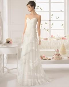Brudekjole med sweetheart, draperinger samt tylskørt i flere lag med smuk blondekant.