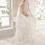 Kjolens slæb er i flere lag med bred blondekanter.