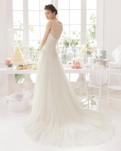 Brudekjole Abigail med dyb ryg dækket med tyl og perler. Dertil mellemlangt slæb.