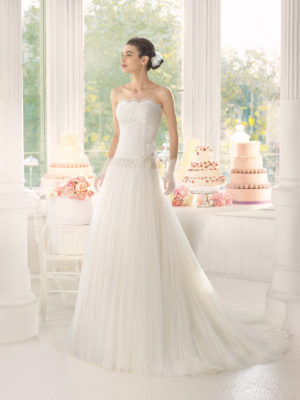 Brudekjole Acacia med blondetop, krystalbælte og tylskørt med slæb.