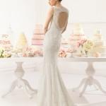 Brudekjole Adeline har hjerteformet ryg med stofknapper og lille slæb.