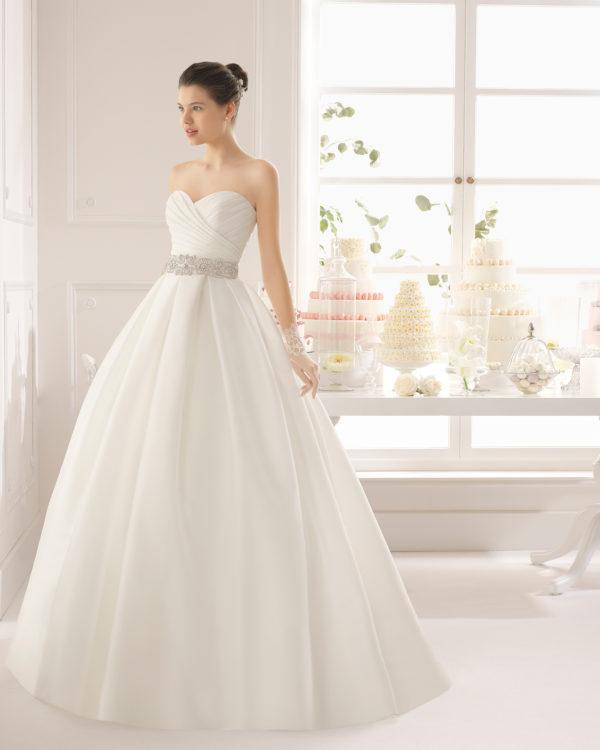 Brudekjole i satin med sweetheart samt skørt uden slæb