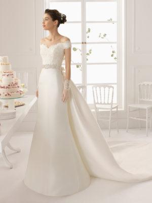 Brudekjole i satin med blondetop og ærmer samt aftageligt slæb.