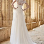 Brudekjole Mimi med smuk blonderyg, stofknapper samt slæb dækket med to lag silketyl.