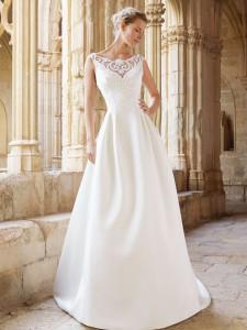 Brudekjole Montreal er i kraftig brudekjolesatin med en skøn blonde.