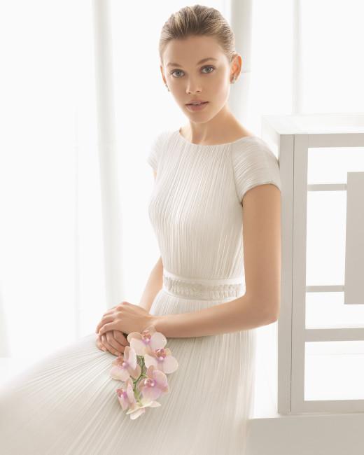 Brudekjole i plisseret silke med Jackie O skæring med lille ærme samt brioderet bælte.