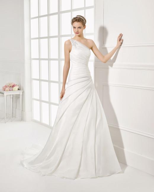 Brudekjole i draperet organza med asymetrisk strop.