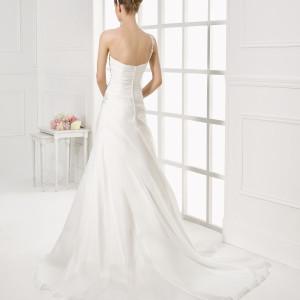 Brudekjole Murano har knaplukning samt slæb.