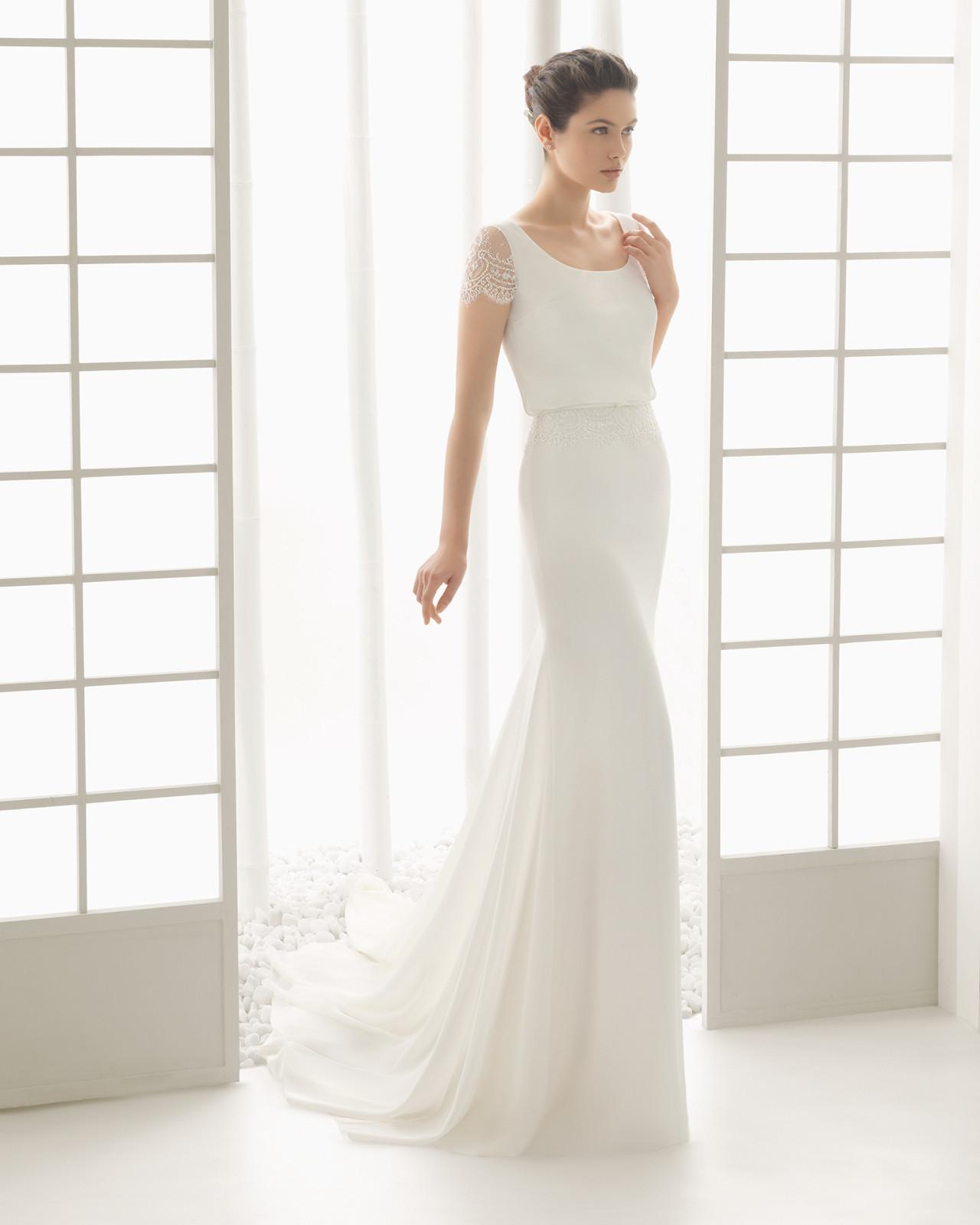 b13e1c07 Brudekjole Divan i chiffon med lille blondeærme. Dertil dyb ryg med  vandfald samt slæb