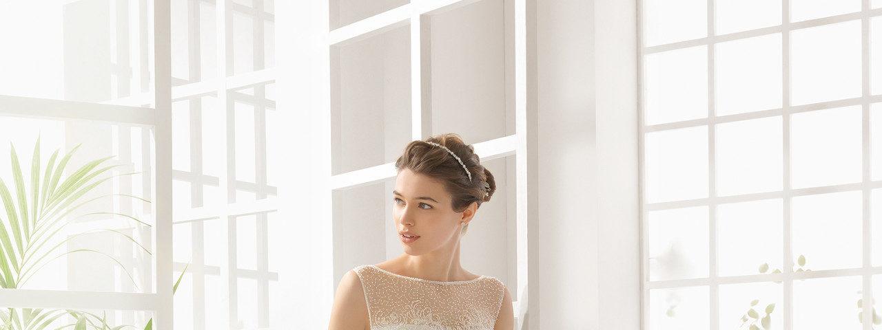 Skøn brudekjole i tyl, med havfrue facon og masser af smukke perler.