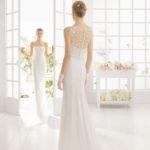 Brudekjole Magali har skøn top med blonderyg og stofknapper