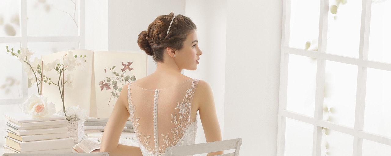 Brudekjole Magda med smuk ryg med stofknapper samt slæb.