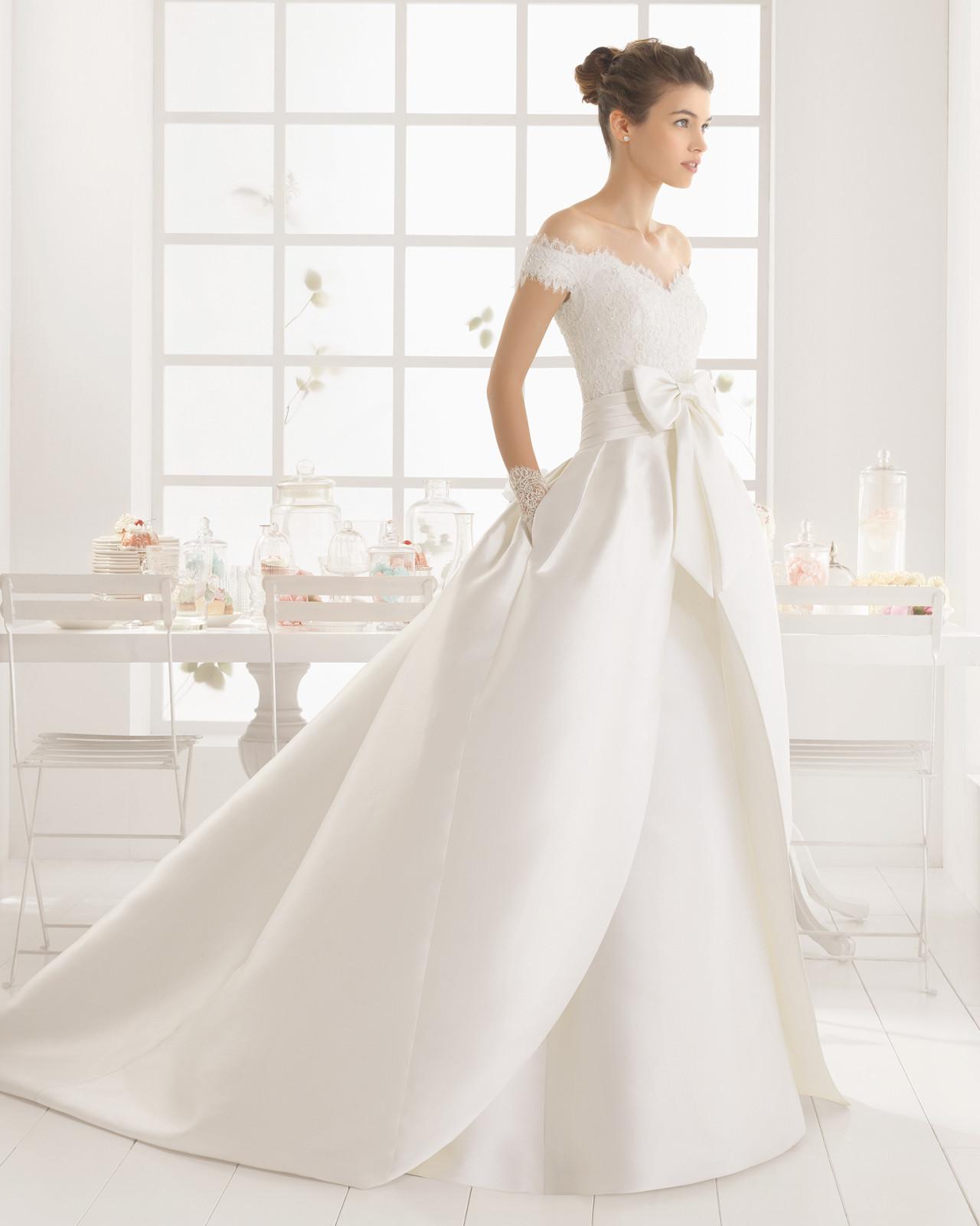 d7b9ddc47a7b Brudekjole i kraftig brudekjolesatin med blonde og fyldigt skørt med langt  slæb
