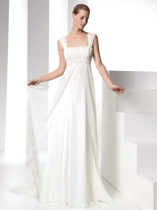Brudekjole i chiffon med empiresnit, blonde og brede stropper.