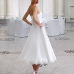 Brudekjole Peonia er knælang og har smuk blondekant