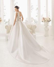 Brudekjole Arcilla med dyb ryg og langt slæb.