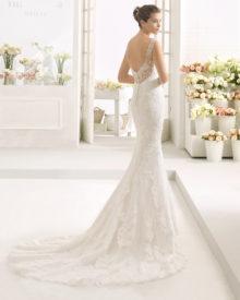 Denne brudekjole har en smuk dyb ryg, knaplukning og slæb.