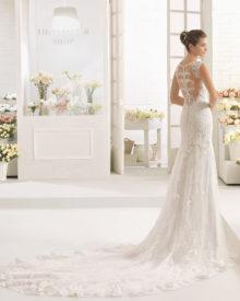 Brudekjole med endnu en smuk ryg med stofknapper og langt slæb.