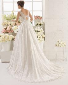 Brudekjole Cali med bred blondestropper og mellemlangt slæb.
