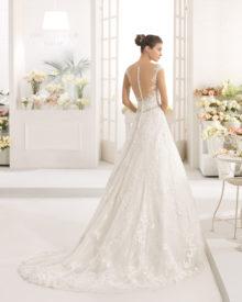 Brudekjole Calix med dyb ryg, stofknapper og slæb.