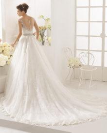 Brudekjole Calma med fin dyb ryg med tyl, stofknapper og langt slæb.