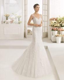 Blonde brudekjole med stropper og fyldigt tylskørt.