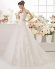 Brudekjole Canizal med smuk blondetop, sweetheart, draperet bælte samt fyldigt tylskørt.