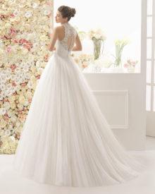 Brudekjole i tyl med blonde top, knaplukning og slæb
