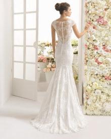 Brudekjole Cariz har den smukkeste blonde ryg med stofknapper og slæb.