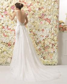 Brudekjole med dyb ryg og aftageligt slæb i tyl.