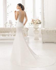 Brudekjole Cerezo med skøn dyb ryg, med blonder samt mellemlangt slæb.
