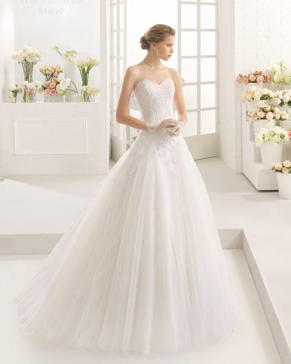 Brudekjole Marilyn har sweetheart, blonde med perler og fyldigt skørt med slæb.