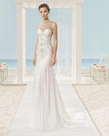 Brudekjole Xacob i tyl med bådudskæring og skønne perler.