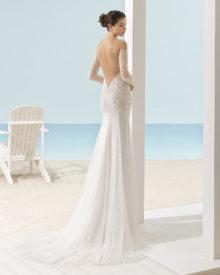 Brudekjole Xail i tyl med perler samt ærmer og dyb ryg dækket med tyl og perler.