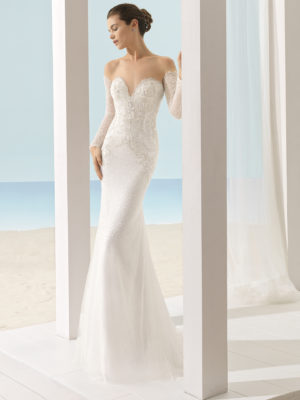 Brudekjole Xail i tyl med dyb sweetheart, ærmer og skønne perlebroderinger.