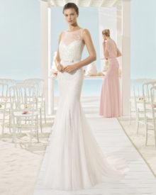 Brudekjole Xana i tyl med bådudskæring og masser af skønne perler .