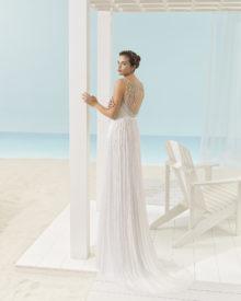 Brudekjole Xandy med skøn perlebroderet dyb ryg samt slæb.