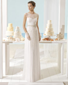 Brudekjole i plisseret tyl med blonde top og lille ærme.
