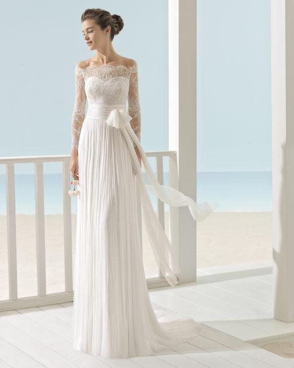 Brudekjole Xeno i plisseret chiffon med blondetop og lange ærmer.