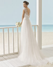 Brudekjole Xiada har brede blondestropper, knaplukning samt slæb.