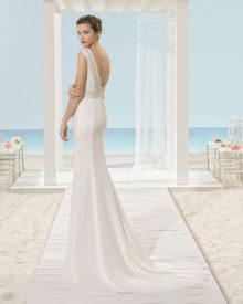 Brudekjole i satin med dyb ryg, perlebroderinger samt lille slæb.