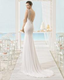 Brudekjole med smuk dyb ryg og lille slæb.