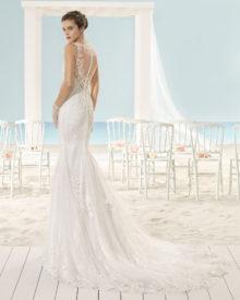 Brudekjole med skøn dyb ryg, knaplukning og slæb.