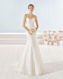 Blonde brudekjole med smalle stropper og fyldigt skørt med slæb.
