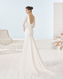 Brudekjole i chiffon med lange ærmer, dyb ryg med knaplukning samt slæb.