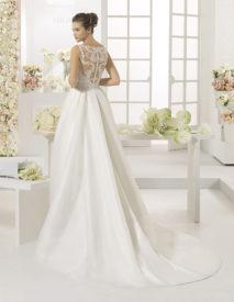 Brudekjole Carisa har smuk blonderyg. Aftageligt slæb kan tilkøbes.