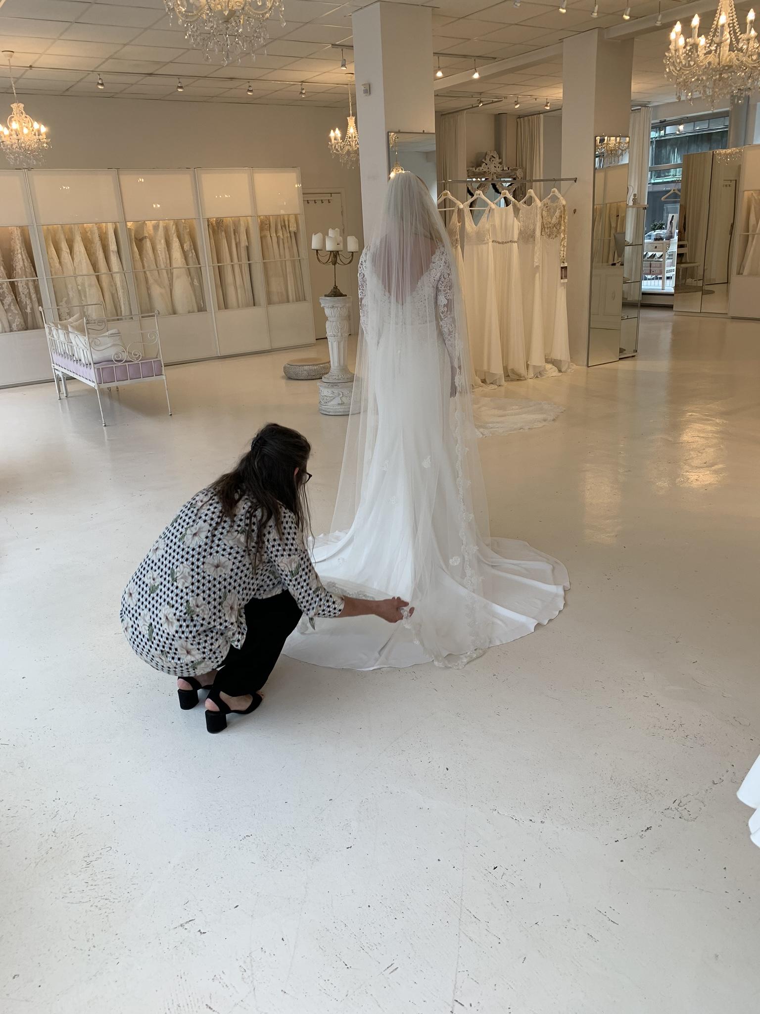 ed002d79 Du bliver henvist til dit eget prøveområde med naturligt lysindfald og med  stort spejl. Vi tager udgangspunkt i rammerne for dit bryllup, og kommer  med gode ...