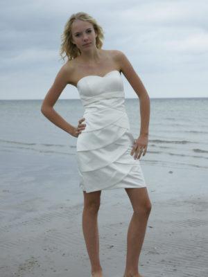 Konfirmationskjoler Cláron Beach - Konfirmationskjole 3 i satin med blondebånd.