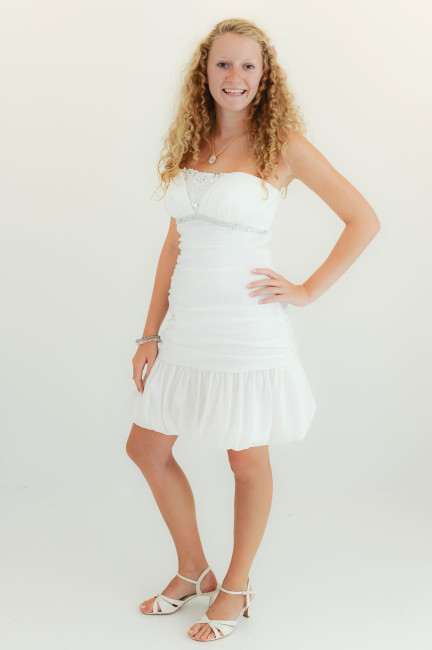 Konfirmationskjoler Soft - 1220 i taft med pailletter, draperinger og miniskørt